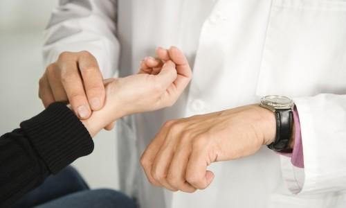 Измерение пульса у пациента